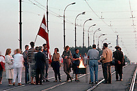 LETTLAND, 23.08.1991.Riga.Zwei Tage nach dem Scheitern des Anti-Gorbatschow-Putsches und der Ausrufung der Unabhaengigkeit nehmen die Menschen an der baltischen Feuerkette teil, hier auf der Akmene-Bruecke. Es ist der Jahrestag des Hitler-Stalin-Paktes von 1939, der das Baltikum der Sowjetunion auslieferte..Two days after the collapse of the anti-Gorbachev-coup and the decleration of indepence, people take part in the Baltic fire chain, here on Akmene bridge. It is the anniversary day of the Ribbentrop-Molotov-pact from 1939, which delivered the Baltic countries to the Soviet Union..© Martin Fejer/EST&OST