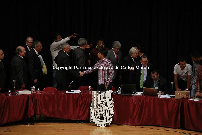 M&eacute;xico DF 04/Noviembre/2014.<br /> Reunidos en el auditorio &ldquo;Alejo Peralta&rdquo; (El queso) del centro cultural &ldquo;Jaime torres Bodet&rdquo; del IPN y ante una plaza colmada por miembros de la comunidad polit&eacute;cnica, concluye sin acuerdos s&oacute;lidos la primera mesa de dialogo entre estudiantes en paro y autoridades federales.<br /> Autoridades federales insistieron de manera reiterada en un compromiso por parte de los estudiantes para establecer el inicio del regreso a clases y criticaron el que los j&oacute;venes no pudieran comprometer fechas para tal inicio debido a la necesidad de consultar a las comunidades escolares para ello. Sin embargo, ante la solicitud de establecer por escrito el compromiso por parte de las autoridades de desistirse de cualquier represalia hacia cualquier integrante de la comunidad polit&eacute;cnica, dijeron &ldquo;&hellip;no podemos nosotros a nombre de muchas instancias, incluso del propio gobierno federal&hellip;&rdquo;<br /> Todos los derechos reservados.