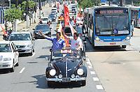 ATENÇÃO EDITOR: FOTO EMBARGADA PARA VEÍCULOS INTERNACIONAIS - SAO PAULO, SP, 27 OUTUBRO DE 2012 – ELEIÇÕES 2012 - FERNANDO HADDAD: O candidato à Prefeitura de São Paulo, Fernando Haddad (PT), realiza carreata partindo da Praça Enzo Ferrari, ao lado do Autódromo de Interlagos, na zona sul da capital, durante a manhã deste sábado (27). À esquerda, Gabriel Chalita (PMDB) participa do ato (FOTO: LEVI BIANCO / BRAZIL PHOTO PRESS).