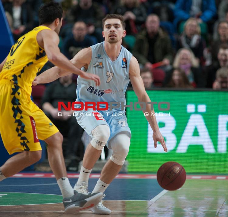 10.02.2019, &Ouml;VB Arena, Bremen, GER, easy Credit-BBL, Eisb&auml;ren Bremerhaven vs EWE Baskets Oldenburg, im Bild<br /> in Aktion<br /> Adrian BREITLAUCH ( Eisb&auml;ren Bremerhaven #7 )<br /> Vojdan STOJANOVSKI (EWE Baskets Oldenburg #19 )<br /> Foto &copy; nordphoto / Rojahn
