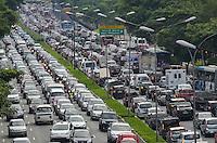 SAO PAULO, 15 DE MARCO DE 2013 - TRANSITO SP - Transito pesado na Avenida 23 de Maio, regiao sul da capital, no fim da tarde desta sexta feira, 15. (FOTO: ALEXANDRE MOREIRA / BRAZIL PHOTO PRESS)