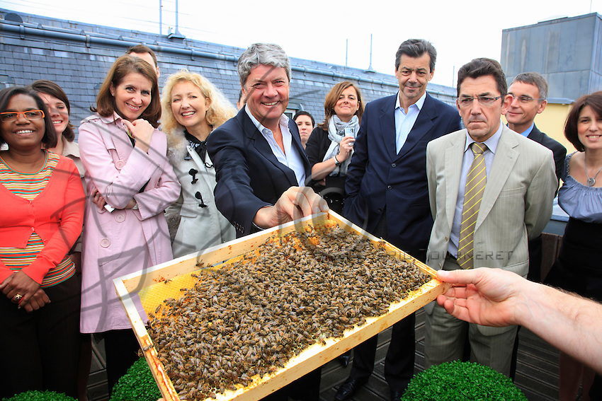 """May 6, 2009, inauguration of the hive on the terrace of the headquarters of Louis Vuitton, near the Pont Neuf bridge, in the presence of Yves Carcelle, CEO of Louis Vuitton. According to Nicolas Géant, originator of this step, """"the Sustainable Develpoment services of the group LVMH was seduced by the project. They want to make it a showcase, in-house at first. My idea is to work with companies committed to sustainable development. I remain the owner of the hives and I offer to mount a project based on bees""""."""