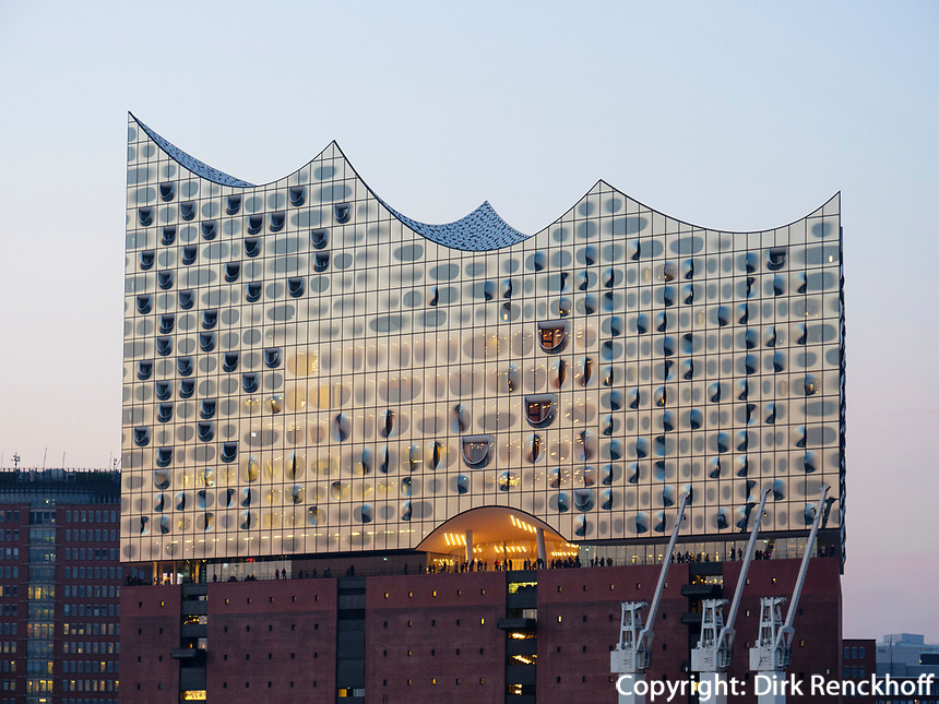 Abendstimmung an der Elbphilharmonie in der Hafencity, Hamburg, Deutschland, Europa<br /> Evenining at Concert hall Elbphilharmonie in the Hafencity, Hamburg, Germany, Europe