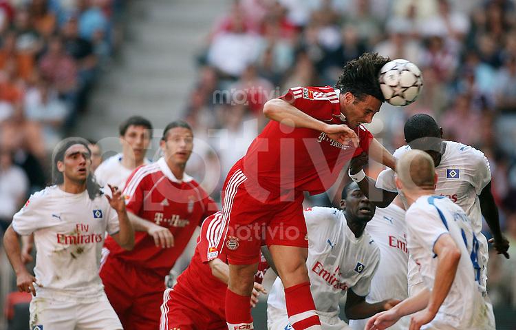Fussball   1. Bundesliga   Saison 2006/2007   31. Spieltag Bayern Muenchen - Hamburger SV      Claudio PIZARRO (Mitte, Muenchen) im Kopfballduell.