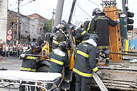 S&Atilde;O PAULO, SP, 07/01/2012, ACIDENTE AV. SALIM MALUF.<br /> <br /> na manh&atilde; de hoje (7) um caminh&atilde;o perdeu o controle e bateu contra um poste, o acidente aconteceu na Av. Salim Farah Maluf cruzamento com a Av. Celso Garcia.<br />  Tres pessoas ficaram feridas, duas delas estavam preso nas ferragens, oito viaturas dos bombeiros participaram da ocorrencia.<br /> <br />  Luiz Guarnieri