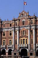 Amérique/Amérique du Sud/Pérou/Lima : Plaza San Martin - Vue des célèbres immeubles rose saumon qui bordent la place
