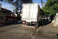 SÃO PAULO,SP, 13.02.2017 - CRIME-SP - Um caminhão que foi roubado na Fernão Dias foi encontrado na rua Labatut altura do n 785 no Ipiranga região sul de São Paulo nesta segunda-feira, 13. (Foto: Carlos Pessuto/Brazil Photo Press)