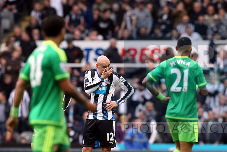 Newcastle United's captain Jonjo Shelvey, center, stands dejected as Sunderlands jermain defoe scores his goal during the Barclays Premier League match at St James' Park Stadium. Photo credit should read: Scott Heppell/Sportimage
