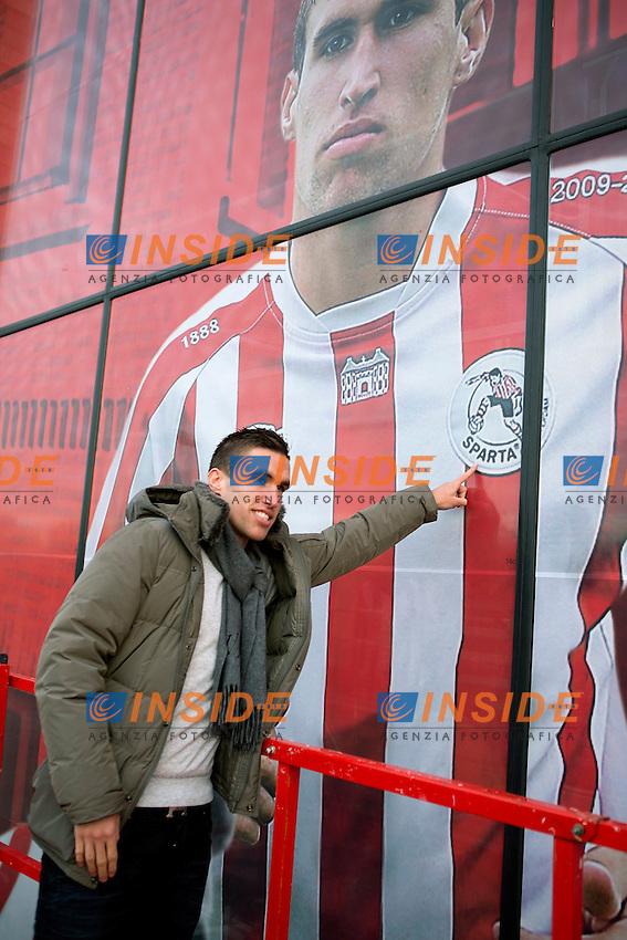 ROTTERDAM, Sparta Rotterdam onthulling afbeelding, 23-11-2012, voetbal, Kevin Strootman raakt logo Sparta aan .Foto Pro Shots / Insidefoto .ITALY ONLY
