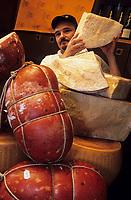 Europe/Italie/Emilie-Romagne/Bologne : Mortadelle et parmesan dans l'épicerie fine Tamburini