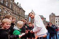 05-04-12, Netherlands, Amsterdam, Tennis, Daviscup, Netherlands-Rumania, Draw, Straattennis, Thomas Schoorel deelt handtekeningen uit voor het Paleis op de Dam