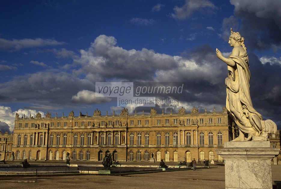 Europe/France/Ile-de-France/78/Yvelines/Versailles/Château de Versailles: Détail statue - En fond le Château façade Renaissance à l'italienne