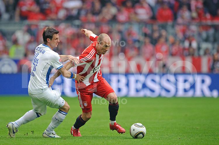 Fussball Bundesliga Saison 2009/2010 FC Bayern Muenchen - VFL Bochum Philipp BOENIG (Bochum, l) gegen Arjen ROBBEN (FCB).