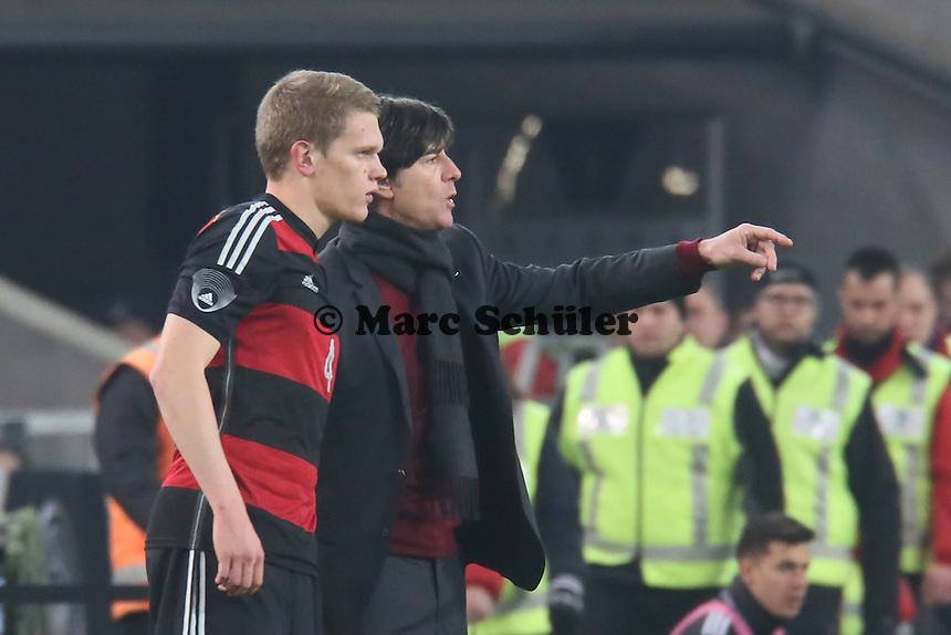 Bundestrainer Joachim Löw mit Matthias Ginter (D) angefressen - Deutschland vs. Chile, Mercedes-Benz Arena Stuttgart