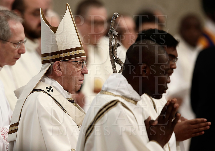 Papa Francesco arriva per celebrare la Messa del Crisma in occasione del Giovedi' Santo, nella Basilica di San Pietro, Citta' del Vaticano, 29 marzo 2018.<br /> Pope Francis arrives to lead the Chrism Mass for Holy Thursday, at the Vatican, on March 29, 2018.<br /> UPDATE IMAGES PRESS/Isabella Bonotto<br /> <br /> STRICTLY ONLY FOR EDITORIAL USE