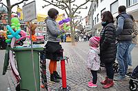 Gross-Gerau 28.04.2017: Frühlingserwachen in der Innenstadt Groß-Gerau<br /> Ballonkunst am Stand von Rita Wiebe, die eine Blume aus Ballons dreht<br /> Foto: Vollformat/Marc Schüler, Schäfergasse 5, 65428 R'heim, Fon 0151/11654988, Bankverbindung KSKGG BLZ. 50852553 , KTO. 16003352. Alle Honorare zzgl. 7% MwSt.