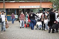 SÃO PAULO,SP,23 -09- 2013 - RECADASTRAMENTO FEIRA DA MADRUGADA - Centenas de comerciantes da Feirinha da Madrugada estão  desde a madrugada desta terça-feira (24), em frente a Subprefeitura da Mooca, na Zona Leste de São Paulo, para realizarem o recadastramento dos Boxes.(FOTO (ALE VIANNA - BRAZIL PHOTO PRESS.)