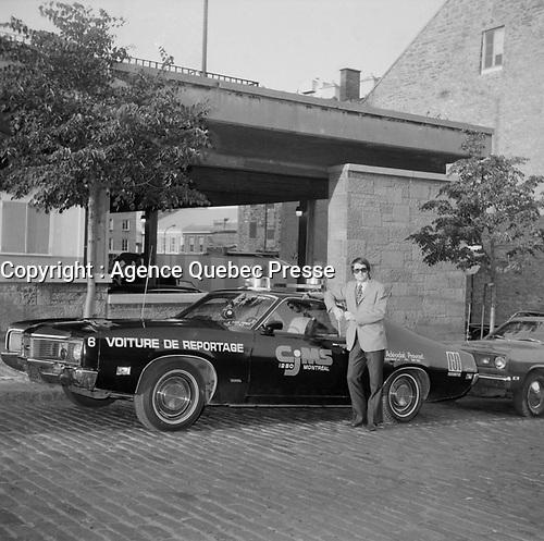 Claude Poirier<br /> , chroniqueur judiciaire a CJMS et sa voiture de reportage<br /> (date inconnue, avant 1984).<br /> <br /> Photo : Agence Quebec Presse - Roland Lachance