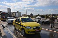 ATENCAO EDITOR: FOTO EMBARGADA PARA VEICULOS INTERNACIONAIS-RIO DE JANEIRO, RJ, 08 OUTUBRO 2012-VEICULO INCENDIADO NA PERIMETRAL- Carro pega fogo no Elevado da Perimetral, na altura da Praca XV e congestiona transito no centro na tarde desta segunda dia 08 de outubro no centro do Rio de Janeiro.(FOTO:MARCELO FONSECA/ BRAZIL PHOTO PRESS).