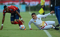 MEDELLÍN - COLOMBIA, 23-09-2017: Yairo Moreno (Izq) jugador del Medellín disputa el balón con Harold Rivera (Der) de Rionegro durante el partido entre Independiente Medellín y Rionegro Águilas por la fecha 13 de la Liga Águila II 2017 jugado en el estadio Atanasio Girardot de la ciudad de Medellín. / Yairo Moreno (L) player of Medellin vies for the ball with Harold Rivera (R) player of Rionegro during match between Independiente Medellin and Rionegro Aguilas for the date 13 of the Aguila League II 2017 played at Atanasio Girardot stadium in Medellin city. Photo: VizzorImage/ León Monsalve / Cont