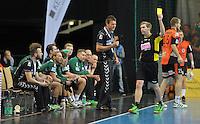 Handball 2. Bundesliga Herren - SC DHfK gegen HC Erlangen am 05.11.2013 in Leipzig (Sachsen). <br /> IM BILD: Die Bank um DHfK Trainer Christian Prokop sieht Gelb vom Schiedsrichter <br /> Foto: Christian Nitsche