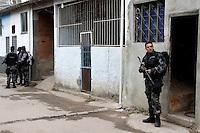 ATEN&Ccedil;&Atilde;O EDITOR: FOTO EMBARGADA PARA VE&Iacute;CULOS INTERNACIONAIS. - RIO DE JANEIRO,RJ,04 DE SETEMBRO DE 2012- OPERA&Ccedil;&Atilde;O POLICIAL - COMUNIDADE  DO  JACAR&Eacute; - Na  manh&atilde; desta terce-feira (4) policiais do BP CHOQUE E CANIL, realizam  opera&ccedil;&atilde;o  contra o tr&aacute;fico de  drogas  na  Comunidade do Jacar&eacute;.Policiais encontraram farta contidade de  drogas entre  maconha, caca&iacute;nae carack.Entrada  pela  Av Dom Helder Camara, antiga Suburbana. Zona Norte do RJ.<br /> ( GUTO MAIA / BRAZIL PHOTO PRESS )