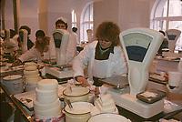 Europe-Asie/Russie/Saint-Petersbourg: Le marché - Marchande de fromage