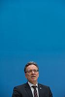 Erklaerung am Dienstag den 8. Januar 2019 in Berlin von Bundesinnenminister Horst Seehofer zusammen mit Holger Muench (im Bild), Praesident des Bundeskriminalamtes (BKA) und Arne Schoenbohm, Praesident des Bundesamtes fuer Sicherheit in der Informationstechnik (BSI) zu den aktuellen bekannt gewordenen Datendiebstaehlen bei Politikern, Journalisten und Persoenen des oeffentlichen Interesses.<br /> 8.1.2019, Berlin<br /> Copyright: Christian-Ditsch.de<br /> [Inhaltsveraendernde Manipulation des Fotos nur nach ausdruecklicher Genehmigung des Fotografen. Vereinbarungen ueber Abtretung von Persoenlichkeitsrechten/Model Release der abgebildeten Person/Personen liegen nicht vor. NO MODEL RELEASE! Nur fuer Redaktionelle Zwecke. Don't publish without copyright Christian-Ditsch.de, Veroeffentlichung nur mit Fotografennennung, sowie gegen Honorar, MwSt. und Beleg. Konto: I N G - D i B a, IBAN DE58500105175400192269, BIC INGDDEFFXXX, Kontakt: post@christian-ditsch.de<br /> Bei der Bearbeitung der Dateiinformationen darf die Urheberkennzeichnung in den EXIF- und  IPTC-Daten nicht entfernt werden, diese sind in digitalen Medien nach §95c UrhG rechtlich geschuetzt. Der Urhebervermerk wird gemaess §13 UrhG verlangt.]
