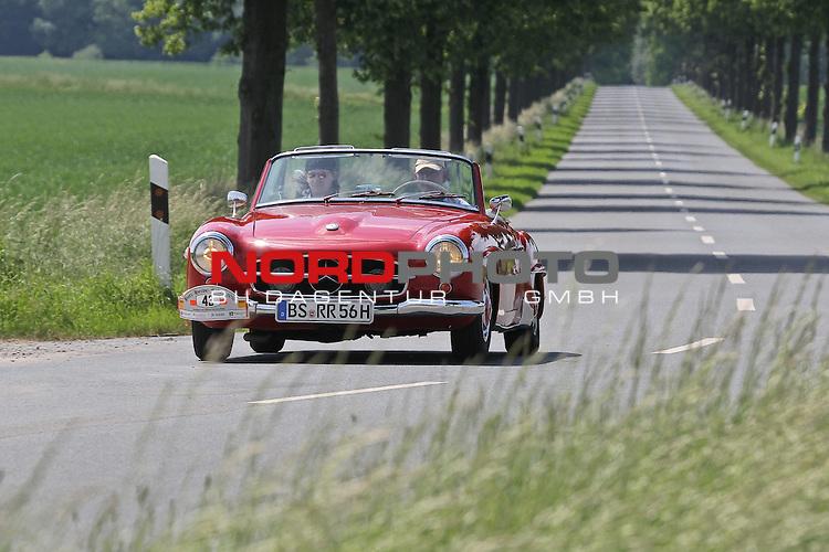 Aus Harz- Heide -Fahrt fuer Odtimer am 06. 06 .2010 -hier bei Hildesheim. Im Foto: Daimler Benz DB 190 SL Bj. 1956. <br /> <br /> <br /> Foto: &copy; nph / Rust<br />  *** Local Caption *** Fotos sind ohne vorherigen schriftliche Zustimmung ausschliesslich f&uuml;r redaktionelle Publikationszwecke zu verwenden.<br /> <br /> Auf Anfrage in hoeherer Qualitaet/Aufloesung