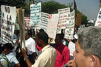 Acento-31-03-2011.Junta de vecino zona sur Santiago advierten  sacarán haitianos de sus barrios..Miembros de juntas de vecinos de barrios de la zona sur,  advirtieron que ante la incapacidad de las autoridades de la Dirección General de Migración, procederán a sacar ellos mismos a los haitianos de sus vecindarios, sobre todo aquellos que están de manera ilegal..Con banderas dominicanas en mano y vallas con mensajes de advertencias, cientos de moradores de los barrios San José La Mina, Arroyo Hondo y otras comunidades marcharon  este jueves por las principales calles del centro urbano de Santiago