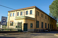 Milano, la palazzina che ospitava gli uffici dell' ex stabilimento Alfa Romeo, poco prima di essere abbattuta del tutto per fare posto agli interventi di riqualificazione del quartiere Portello --- Milan, the building that housed the offices of Alfa Romeo plant, shortly before beeing entirely  demolished for the requalification project of Portello district