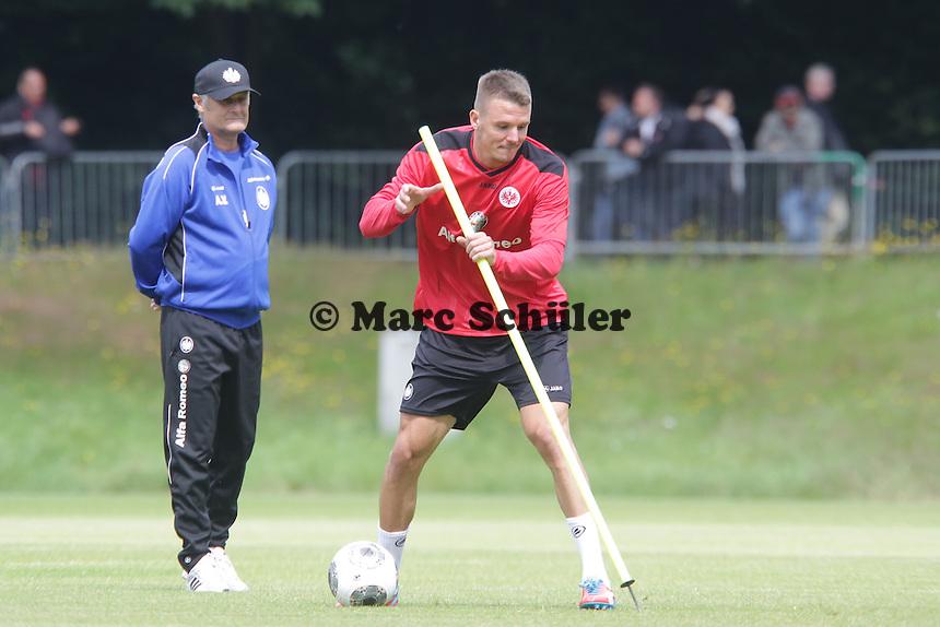 Trainer Armin Veh beobachtet Alex Meier (Eintracht) - Eintracht Frankfurt Trainingsauftakt