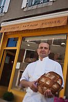 Europe/France/Midi-Pyrénées/12/Aveyron/Aubrac/Laguiole: Pascal Auriat qui a longtemps été patissier  chez Michel Bras , c'est installé comme Boulanger à Laguiole - Pascal Auriat et son pain au levain