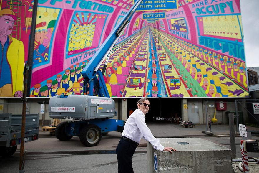 Oslo, Norge, 15.07.2014. Pushwagner henger opp gigantbilder på skur 13 ved Tjuvholmen. Foto: Christopher Olssøn.