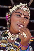 Indien, Shilpgram bei Udaipur (Rajasthan), Taenzerin (Transvestit)