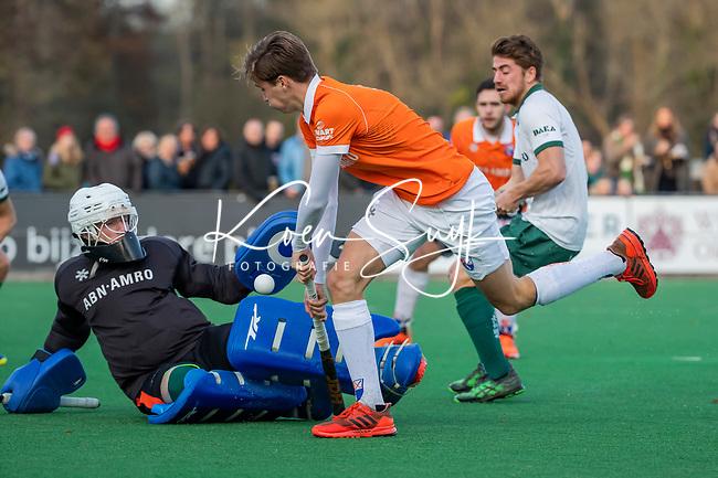 BLOEMENDAAL - Casper van der Veen (Bldaal) stuit op keeper Mark Ingram (Rdam)  tijdens  hoofdklasse competitiewedstrijd  heren , Bloemendaal-Rotterdam (1-1) .COPYRIGHT KOEN SUYK