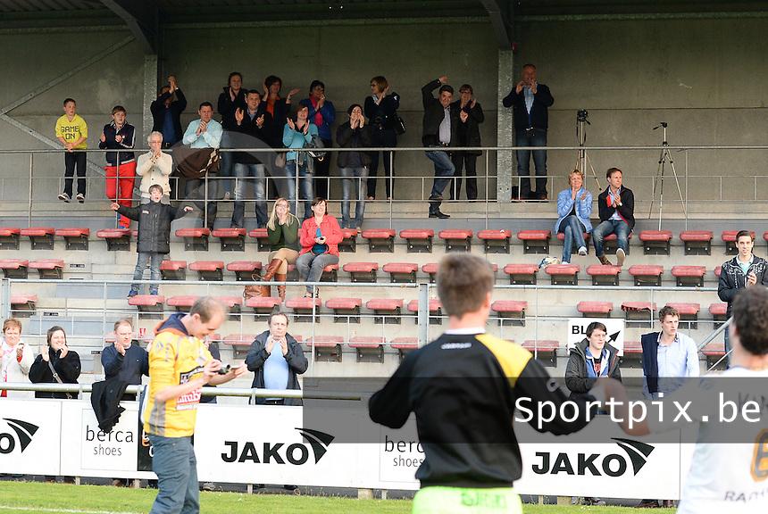 Finale Beker van West-Vlaanderen - SC Wielsbeke - SV De Ruiter : Wielsbeke viert de bekerwinst met hun supporters <br /> foto VDB / BART VANDENBROUCKE