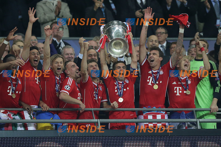 25.05.2013, Wembley Stadion, London, ENG, UEFA Champions League, FC Bayern Muenchen vs Borussia Dortmund, Finale, im Bild Philipp LAHM (FC Bayern Muenchen - 21) hebt den pokal, Henkelpott in die Hoehe - Der FC Bayern Muenchen ist Sieger der Champions League 2013 anch dem 2-1 Sieg im Finale von Wembley gegen Borussia Dortmund - mit im Bild David ALABA (FC Bayern Muenchen - 27) - Claudio PIZARRO (FC Bayern Muenchen - 14) - Anatoliy TYMOSHCHUK (FC Bayern Muenchen - 44) - Franck RIBERY (FC Bayern Muenchen - 7) - Thomas MUELLER (FC Bayern Muenchen - 25) - Mario MANDZUKIC (FC Bayern Muenchen - 9) - Arjen ROBBEN (FC Bayern Muenchen - 10) // during the UEFA Champions League final match between FC Bayern Munich and Borussia Dortmund at the Wembley Stadion, London, United Kingdom on 2013/05/25. EXPA Pictures &copy; 2013, PhotoCredit: EXPA/ Eibner/ Gerry Schmit<br /> <br /> ***** ATTENTION - OUT OF GER ***** <br /> 25/5/2013 Wembley<br /> Football 2012/2013 Champions League<br /> Finale <br /> Borussia Dortmund Vs Bayern Monaco <br /> Foto Insidefoto