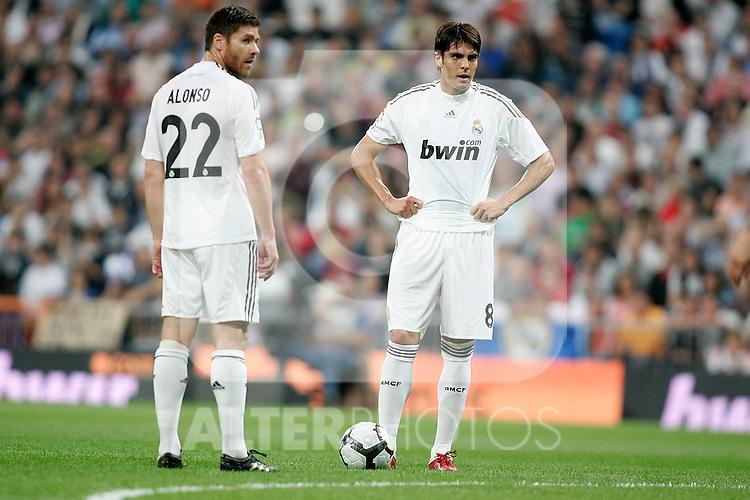 Real Madrid's Xabi Alonso and Kaka during La Liga match. October 31, 2009. (ALTERPHOTOS/Alvaro Hernandez).