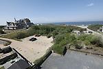 Foto: VidiPhoto<br /> <br /> DOMBURG - Het strand, maar ook de plaats Domburg oogt overlaten. Normaal rond deze tijd ziet het er zwart van toeristen en recreanten. Nu zijn ze niet welkom. De veiligheidsregio heeft de provincie op slot gedraaid. Voor ondernemers in de oudste en bekendste badplaats van Zeeland komen de klappen hard aan. Familiehotel Nehalennia heeft inmiddels een veiligheidsprotocol voor zijn gasten klaar liggen zodra het recreatieverkeer weer op gang komt. Foto: Het uitzicht vanaf hotel Nehalennia.