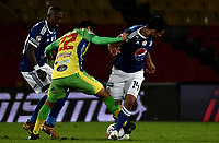 BOGOTA - COLOMBIA, 28–04-2018: Felipe Banguero (Izq.) y Davis Silva (Der,) jugadores de Millonarios disputan el balón con Michael Ordóñez (Cent.) jugador de Atlético Huila, durante partido de la fecha 18 entre Millonarios y Atlético Huila, por la Liga Aguila I 2018, jugado en el estadio Nemesio Camacho El Campin de la ciudad de Bogota. / Felipe Banguero (L) and Davis Silva (R) players of Millonarios vie for the ball with Michael Ordoñez (C) player of Atlético Huila, during a match of the 18th date between Millonarios and Atlético Huila, for the Liga Aguila I 2018 played at the Nemesio Camacho El Campin Stadium in Bogota city, Photo: VizzorImage / Luis Ramírez / Staff.