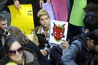 """Roma, 11 Novembre 2011.Via XX Settembre.i """"draghi ribelli"""" vicino al ministero del Tesoro e economia manifestano contro le banche e la crisi"""