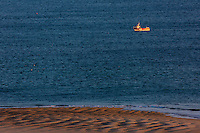 Europe/France/Normandie/Basse-Normandie/50/Manche/Barneville-Carteret : Plage de la Potinière vue depuis la Corniche et bateau de pêche rentrant  au port / Europe/France/Normandie/Basse-Normandie/50/Manche/Barneville-Carteret: Potinière beach