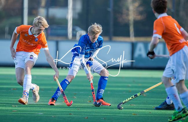 BLOEMENDAAL  - Jens de Vuijst (kampong),  met Stijn Hemmes (bl'daal), competitiewedstrijd junioren  landelijk  Bloemendaal JB1-Kampong JB1 (4-3) . COPYRIGHT KOEN SUYK