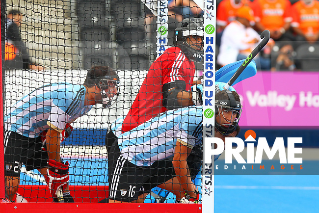 Argentine defenders ready for a penalty corner during the Hockey World League Semi-Final match between Argentina and Malaysia at the Olympic Park, London, England on 24 June 2017. Photo by Steve McCarthy.