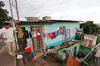 MOGI DAS CRUZES,SP,19 DE JANEIRO DE 2012,DESOCUPAÇÃO DE AREA DE RISCO EM MOGI DAS CRUZES SP,Hoje o Prefeito de Mogi das Cruzes,Marco Bertaioli,autorizou a desocupaçao de urgencia das familias que moram no bairro da vila Oroxo em Mogi das Cruzes na grande SP,familas receberao auxilio aluguel e moradias provisorias para as familias até o termino das obras do conjunto de moradia prometido pela prefeitura,a desucupaçao esta sendo realizada desde o fim da tarde desta quinta(19),FOTO:WARLEY LEITE/NEWS FREE