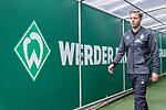 01.09.2019, wohninvest Weserstadion, Bremen, GER, 1.FBL, Werder Bremen vs FC Augsburg, <br /> <br /> DFL REGULATIONS PROHIBIT ANY USE OF PHOTOGRAPHS AS IMAGE SEQUENCES AND/OR QUASI-VIDEO.<br /> <br />  im Bild<br /> <br /> Florian Kohfeldt (Trainer SV Werder Bremen) kommt  vor dem Spiel  aus dem Spielertunnel<br /> <br /> <br /> Foto © nordphoto / Kokenge