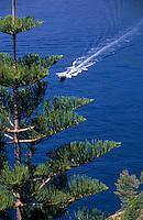 """Europe/Italie/Côte Amalfitaine/Campagnie/Positano : Bateau de promenade sur la côte depuis les jardins de l'hôtel """"San Pietro"""""""