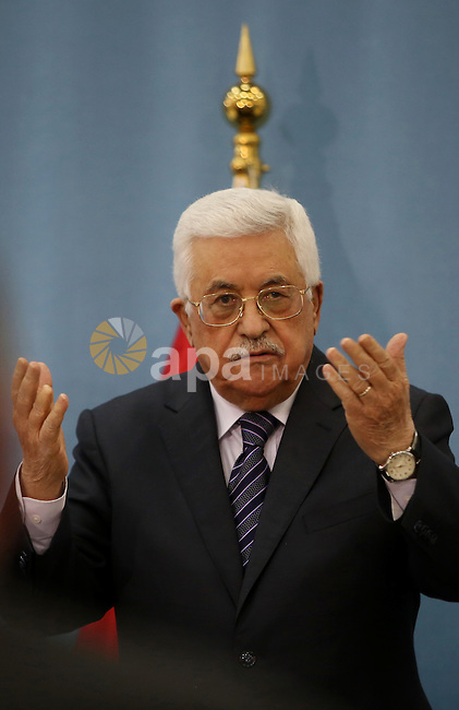 Palestinian President Mahmud Abbas gestures during a meeting with Palestinian journalists in the West Bank city of Ramallah, on January 23, 2016.Photo by Shadi Hatem