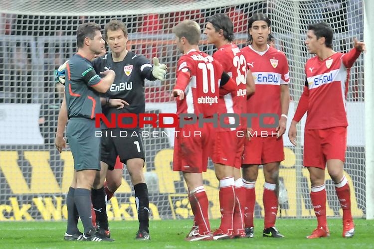 FBL 2008/2009 24. Spieltag Rueckrunde<br />  Werder Bremen - VFB Stuttgart<br /> <br /> Jens Lehmann (Schaefer) (VFB #1) mit G&uuml;nter Perl (  Schiedsrichter /  Referee)<br /> <br /> <br /> ) Foto &copy; nph (nordphoto )